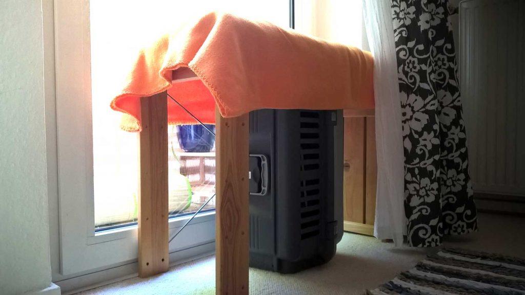 Katzen Fensterplatz selber bauen mit einem Kellerregal und zwei Decken.