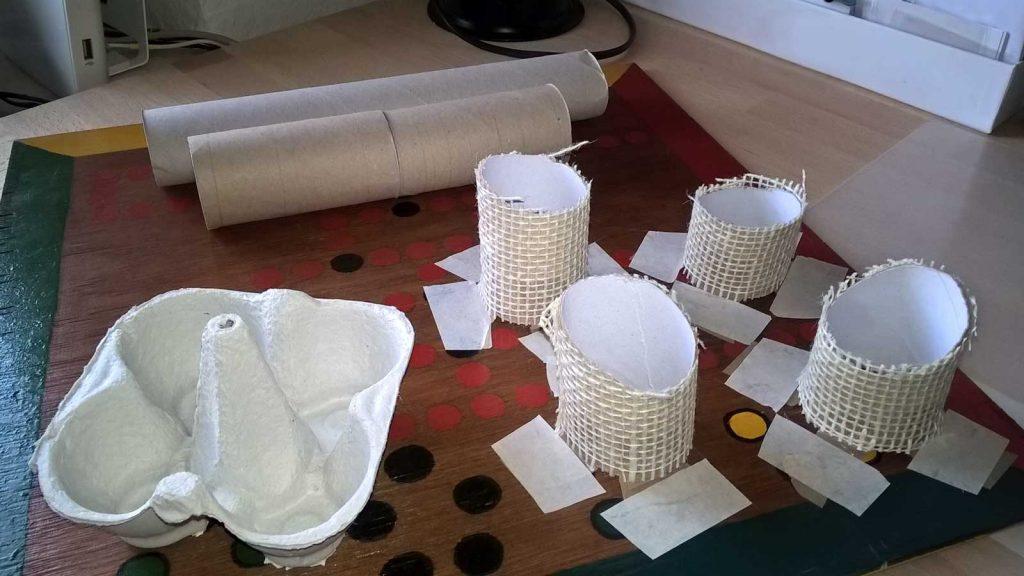 Katzen Fummelbrett selber machen mit einem Holzbrett, Klo- und Küchenpapierrollen und Eierkarton