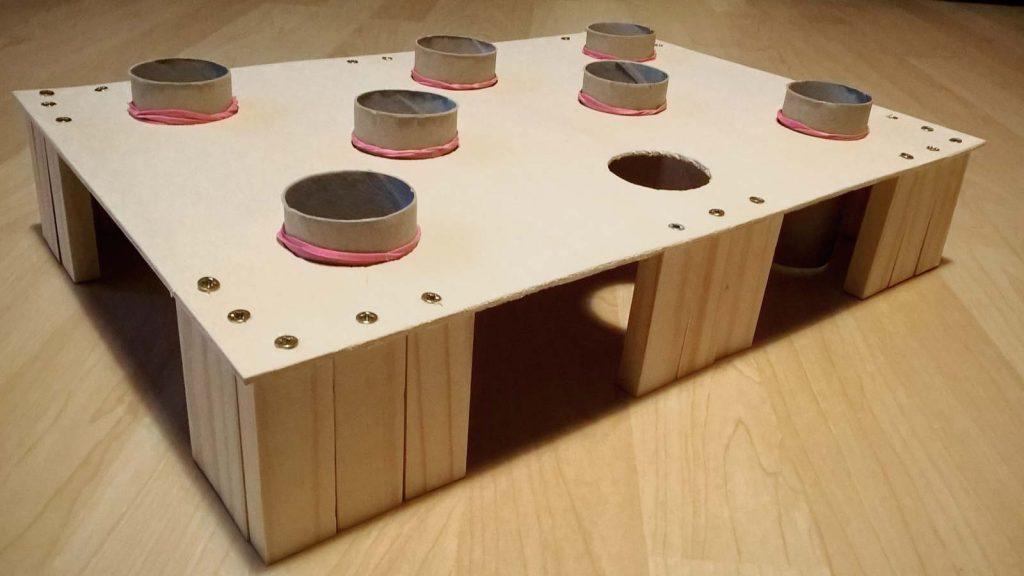 selbstgemachte Fummelbox für Katzen aus Holz