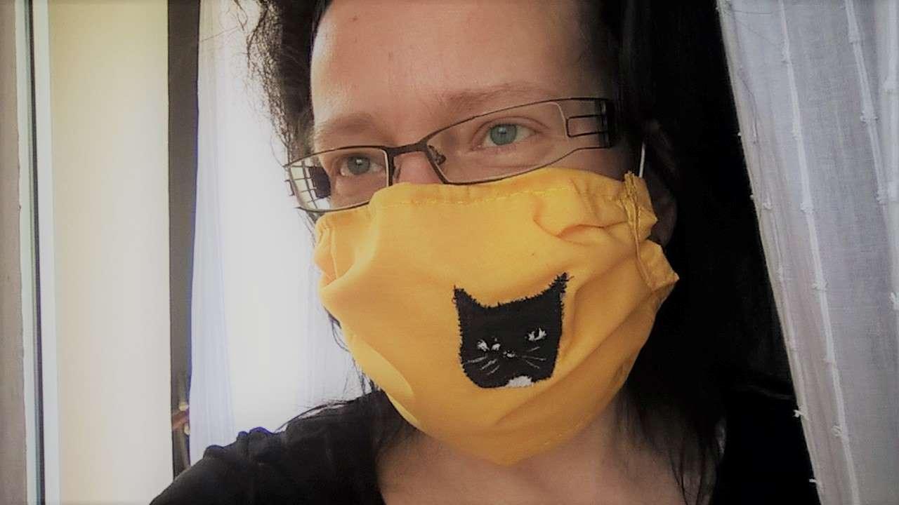 Mundschutz nähen: Hier mit aufgenähtem Bild von Katze Luzi