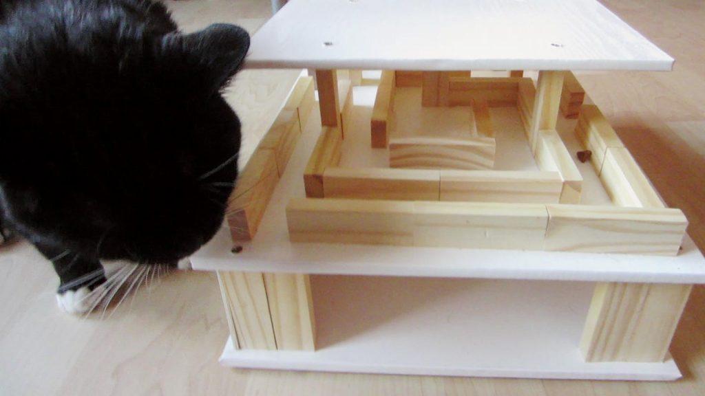 Das Fummelhaus für Katzen hat drei Stockwerke