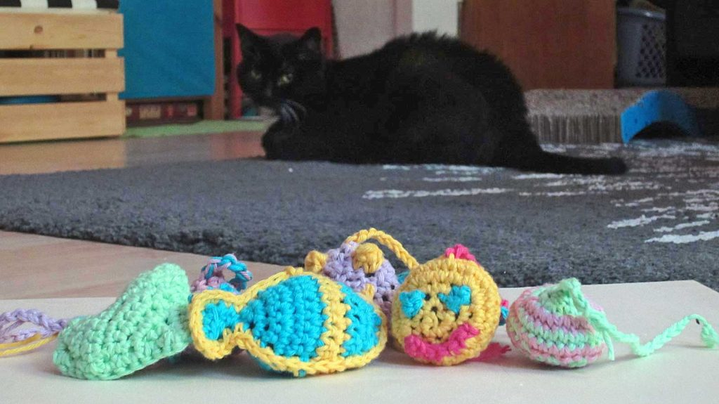 Luzi steht nicht auf Katzenspielzeug häkeln: Herz, Fisch, Smiley, Ball oder Buch - alles doof, findet Luzi