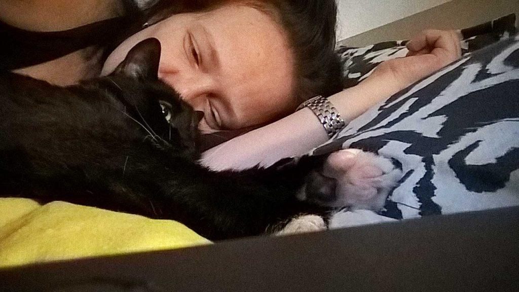 Katze Luzi gibt nicht oft Katzen Küsschen, stellt ihr Fell aber gerne für Küsschen zur Verfügung